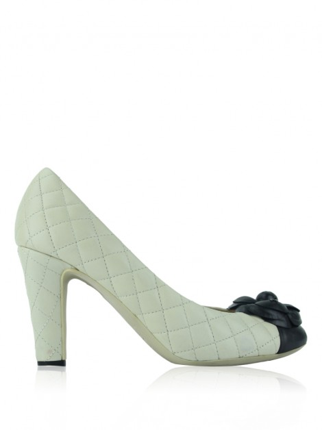 Sapato Chanel Camellia CC Quilted Pumps Off White